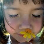 La naturaleza de los niños es asombrarse ante el presente.